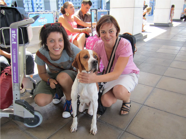 Zouzou with Nicoletta (l.) and veterinarian Marilena (r.) at departure